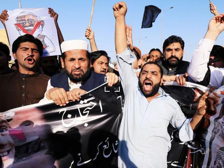 «Франция подверглась атаке»: зачем Макрон критикует мусульман