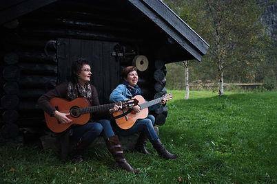 Synnøve Grøtteland Helland og Liv Valbjørg Apeland Bakke - songvenninder frå Bjerkreim