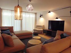 salón_con_lámparas_