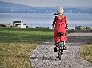 Frau am Rad zum See.jpg
