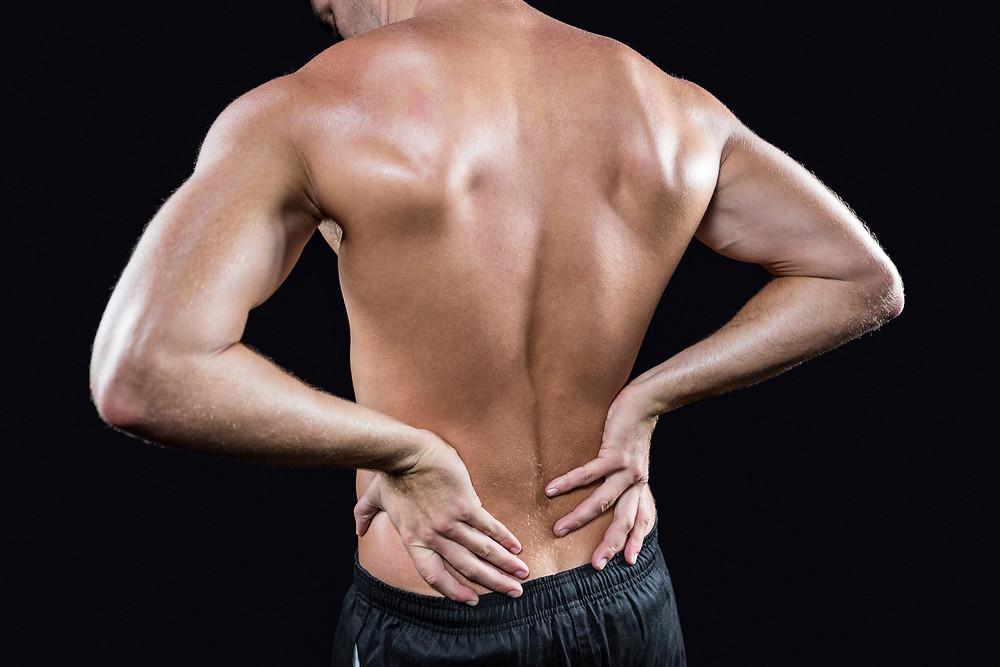 Le physiothérapeute donne des conseils pour protéger son dos d'une hernie discale et de la lombalgie