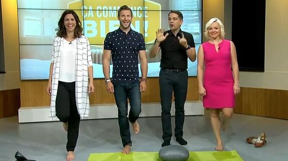 Le physiothérapeute Denis Fortier qui enseigne trois exercices d'équilibre. Avec Karine Robert, Patrick Langlois et Isabelle Ménard.