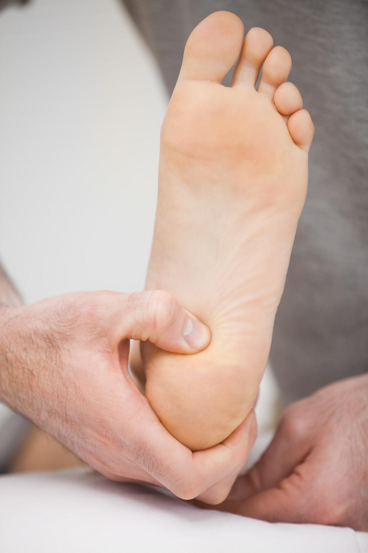 Le physiothérapeute présente des conseils pour maintenir vos pieds en bonne santé