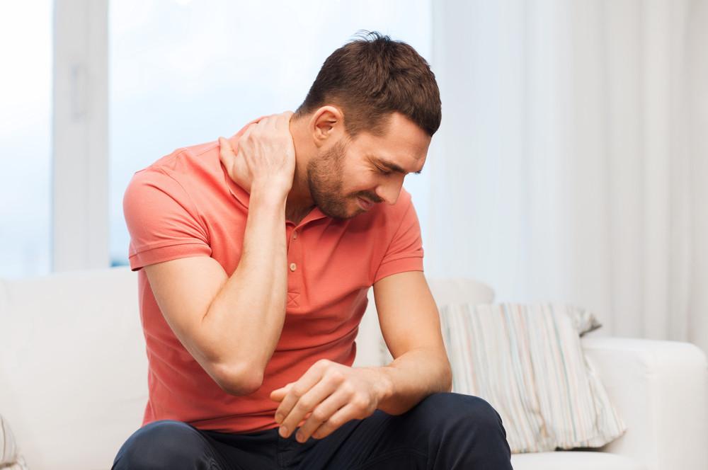 Que signifient les craquements du cou? Faut-il s'en inquiéter?