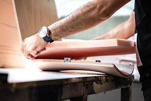 Polyether wordt zorgvuldig geplakt op de houten zitting