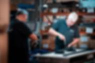 In de meubelfabriek kunnen allelei soorten tafels gemaakt worden