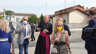 Ruggero Invernizzi Consigliere Regionale, Mons. Vescovo Murizio Gervasoni e in primo piano Elisabetta Amiotti Presidente Cooperativa Come Noi