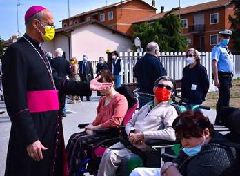 Monsignore saluta i ragazzi dell'Anffas