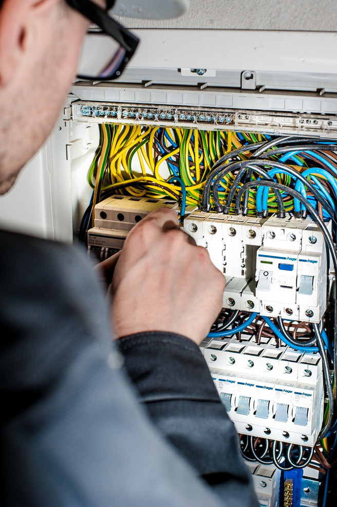 How Much Do Electricians Charge Per Hour? Who Do Wiring on
