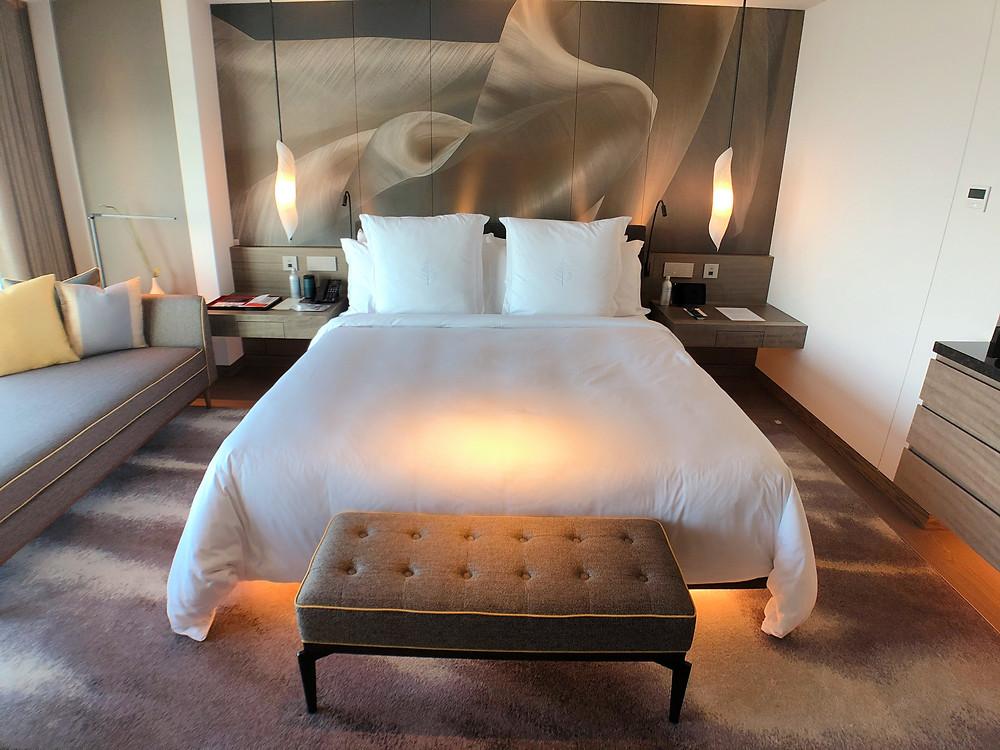 フォーシーズンズホテル東京大手町のデラックスルームのベッド周辺の様子