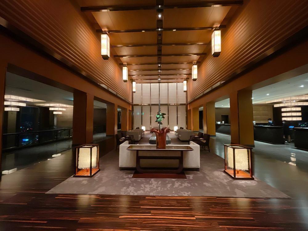 マンダリンオリエンタルホテル東京の夜間のフロントの様子