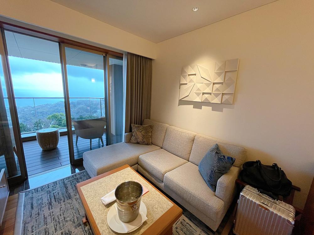 伊豆ホテルリゾート&スパの客室「デラックスツインB1」のリビング