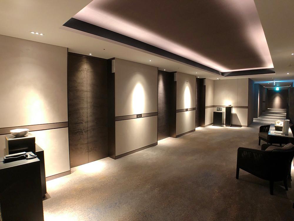 フォーシーズンズホテル東京大手町の客室エレベーターホールの様子