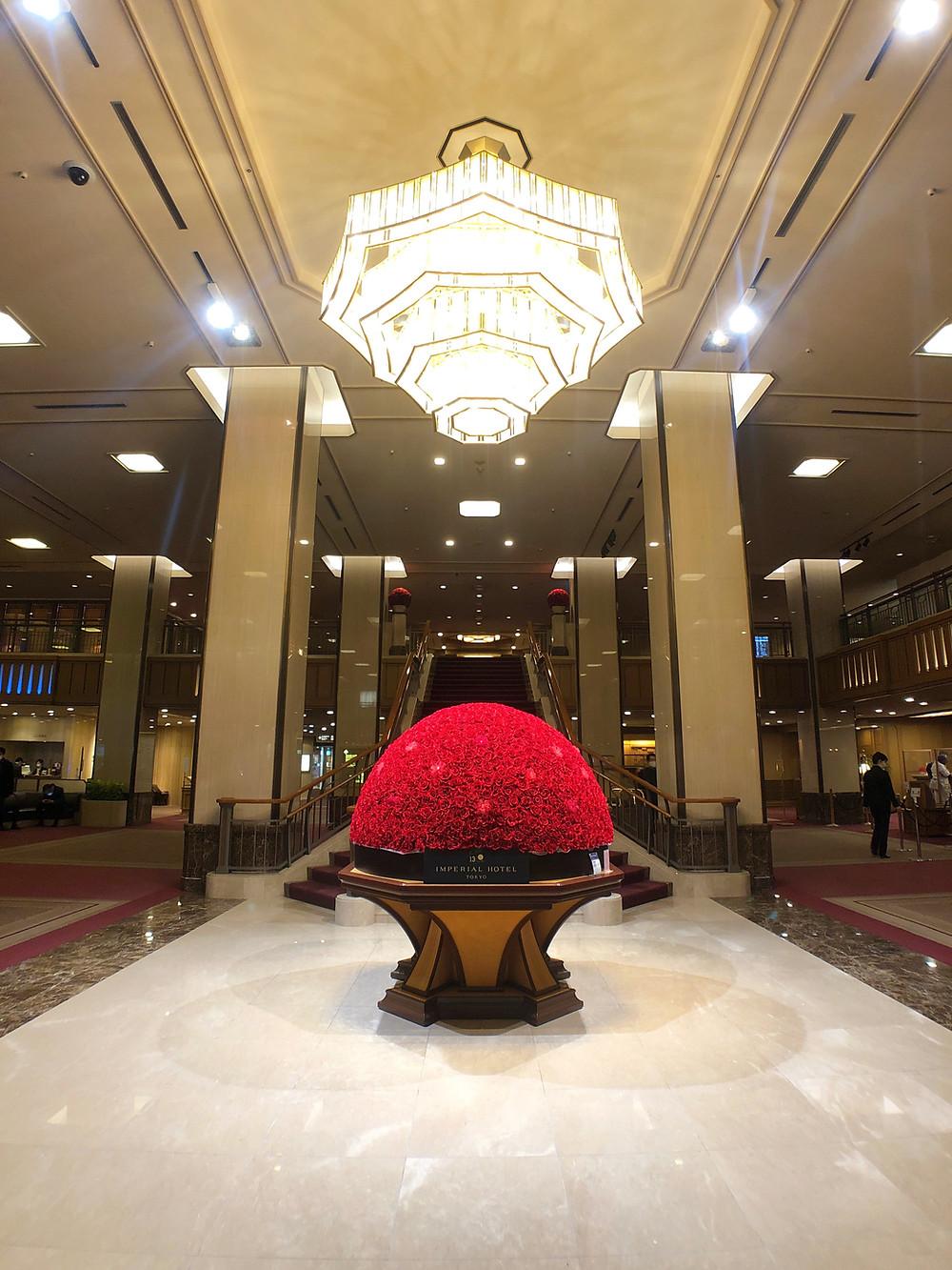 帝国ホテルのエントランスと130周年記念の装花