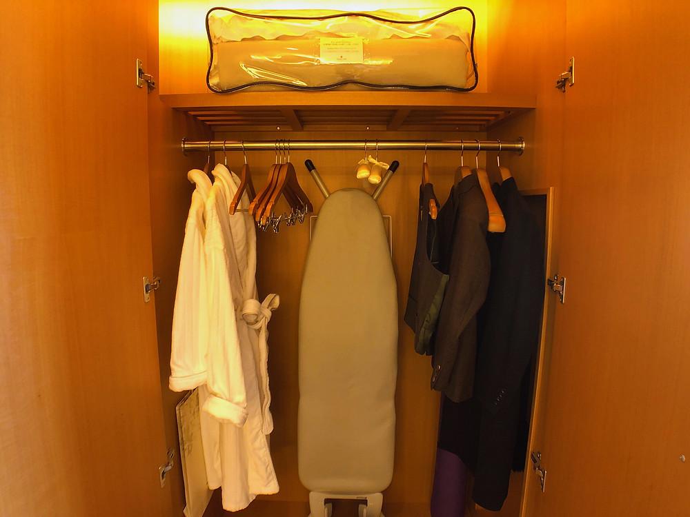 シャングリ・ラ ホテル東京のデラックスインペリアルガーデンビュールームのクローゼット