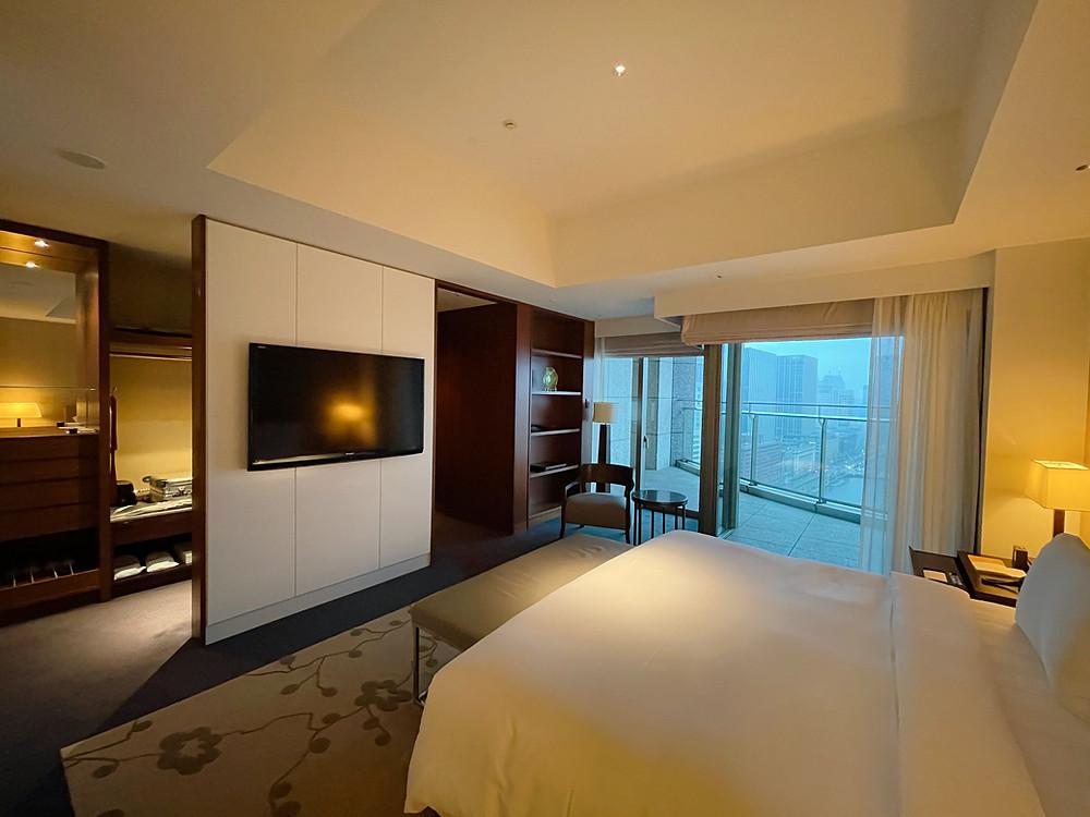 パレスホテル東京のエグゼクティブスイートのベッドルームから外をみた様子