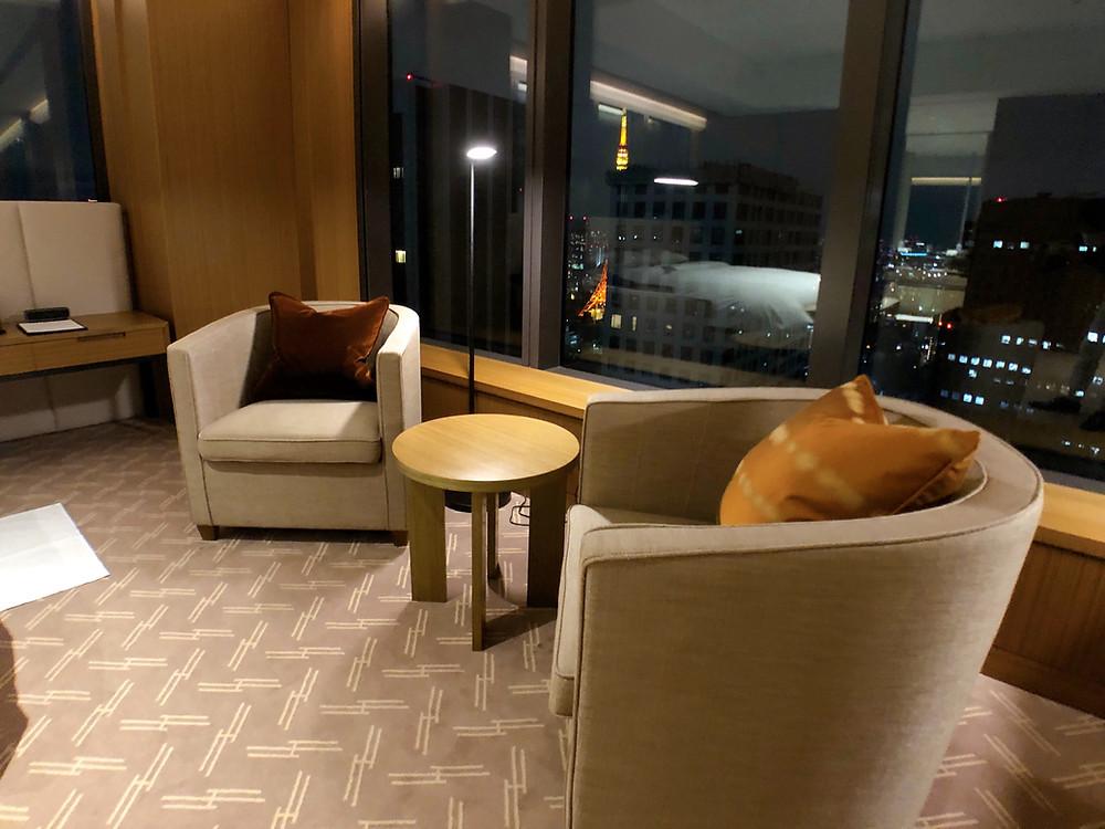 オークラ東京 プレステージタワーの客室「プレステージコーナールーム」のリクライニングチェア