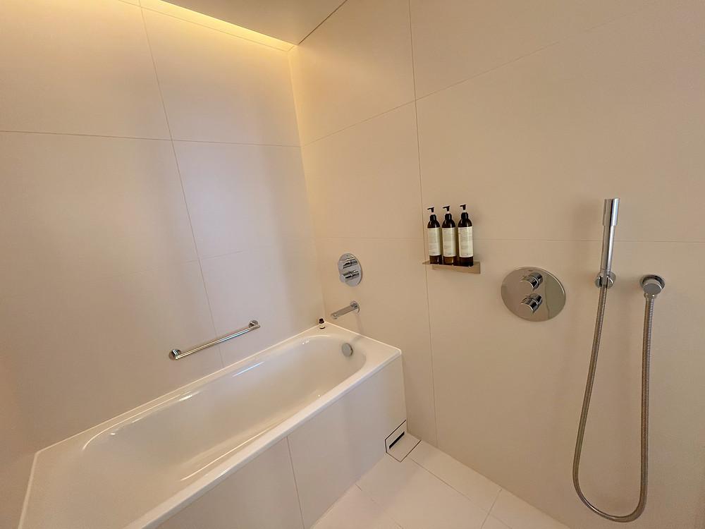 東京エディション虎ノ門の客室「ロフトテラス」のバスルーム