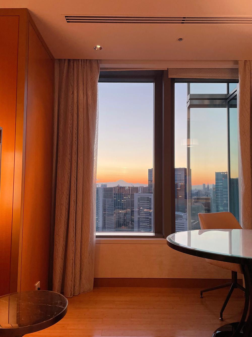 マンダリンオリエンタルホテル東京のマンダリンコーナースイートのリビングルームからの富士山の様子