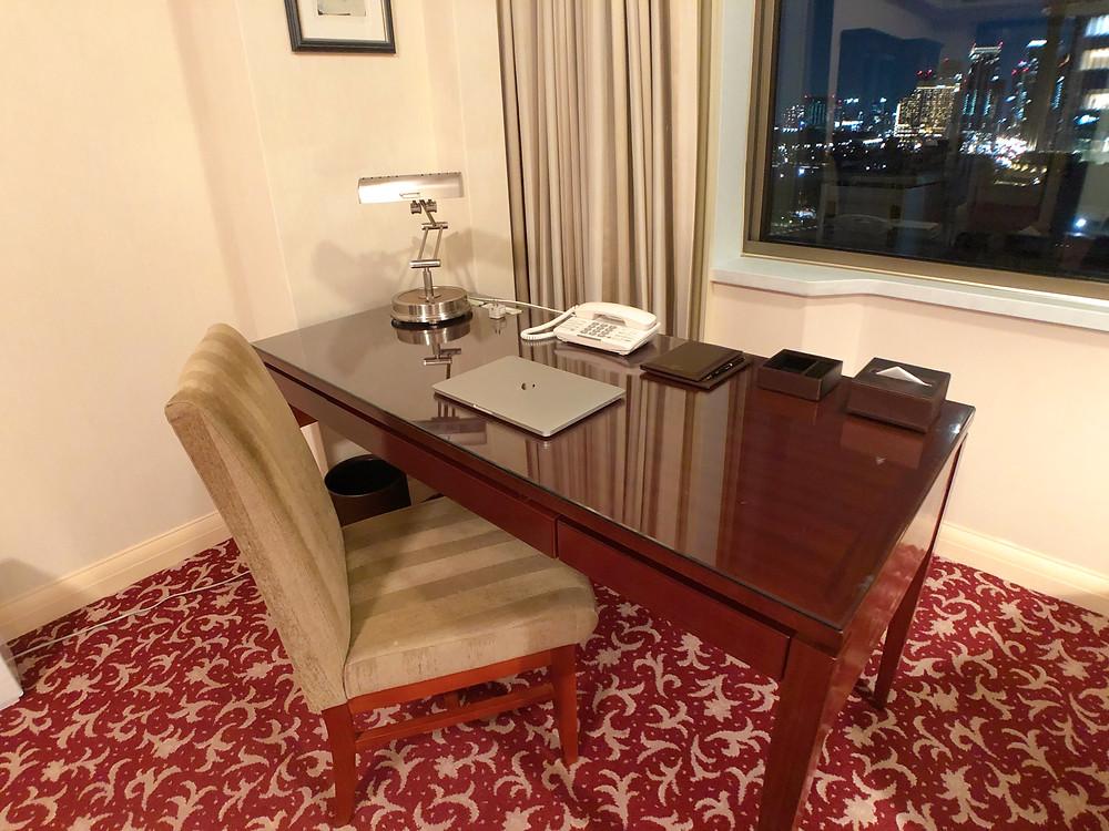 帝国ホテル東京のインペリアルフロアのデラックスルームのデスク
