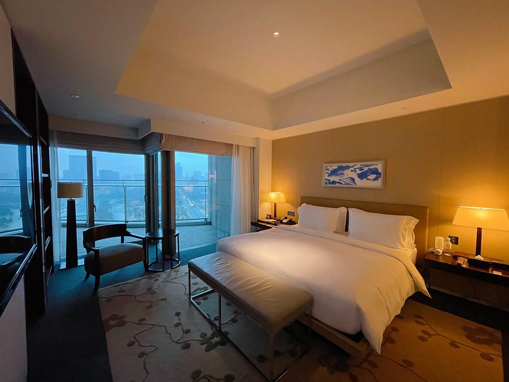 パレスホテル東京のエグゼクティブスイートのベッドルームの様子