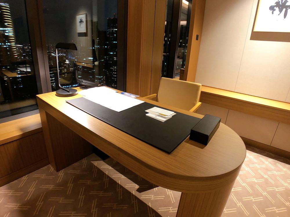 オークラ東京 プレステージタワーの客室「プレステージコーナールーム」のデスク