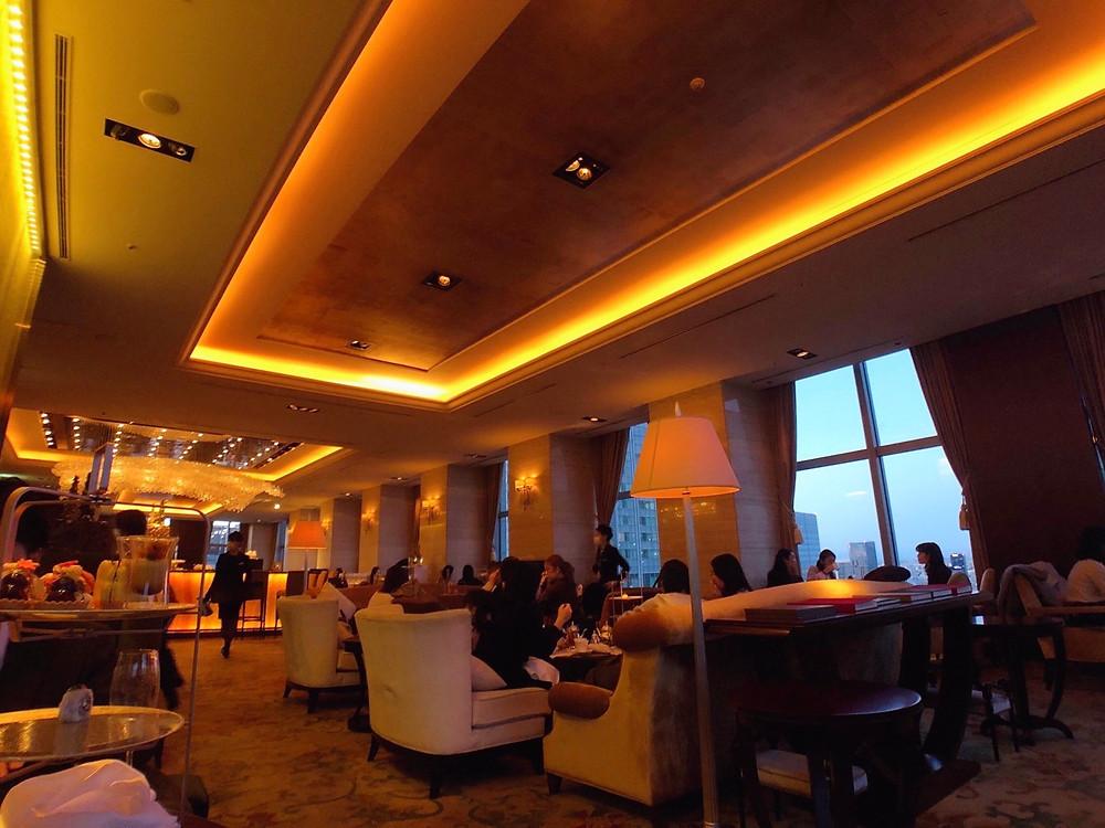 シャングリ・ラホテル東京のザ・ロビーラウンジの夜の様子