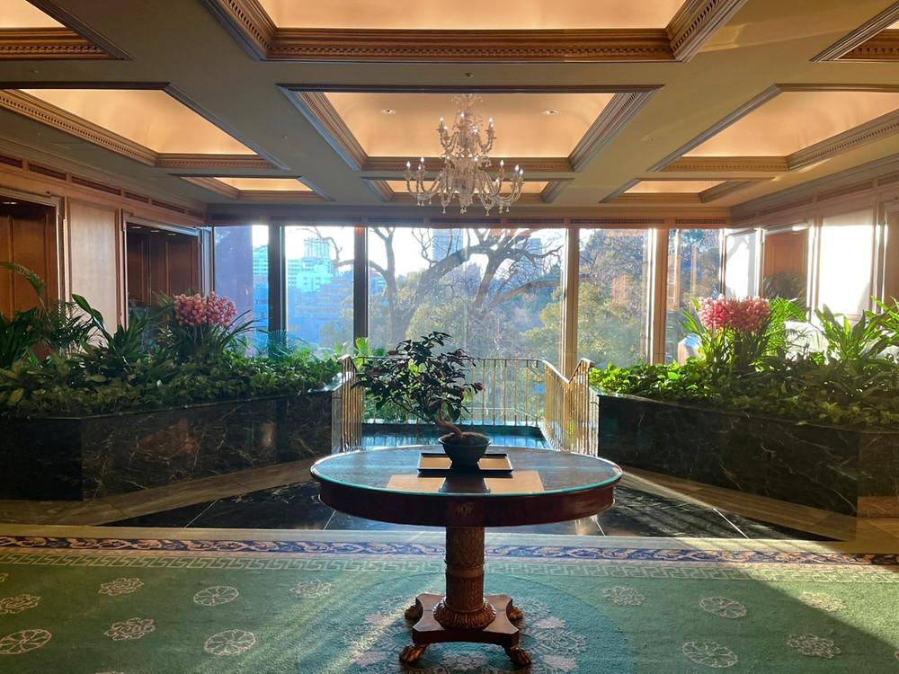 ホテル椿山荘東京のフロント前から庭園を望んだ様子