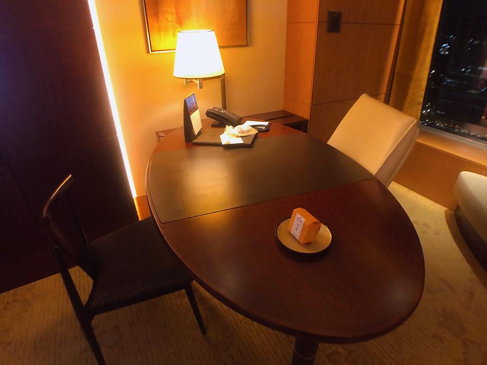 シャングリ・ラ ホテル東京のデラックスインペリアルガーデンビュールームのデスク