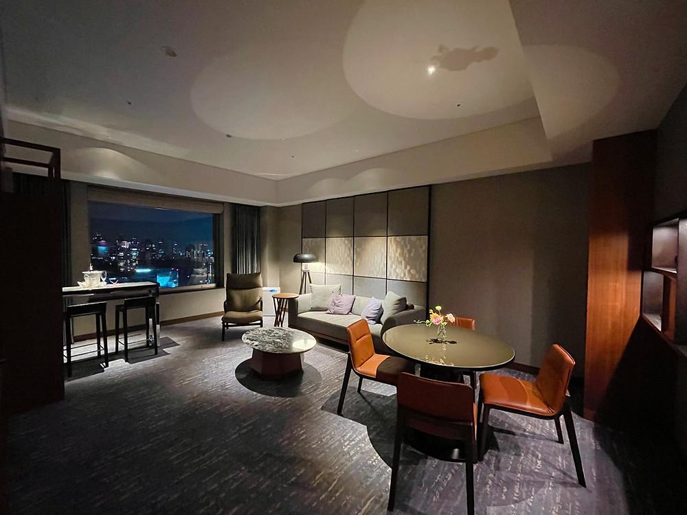 セルリアンタワー東急ホテル コーナースイートのリビングルーム