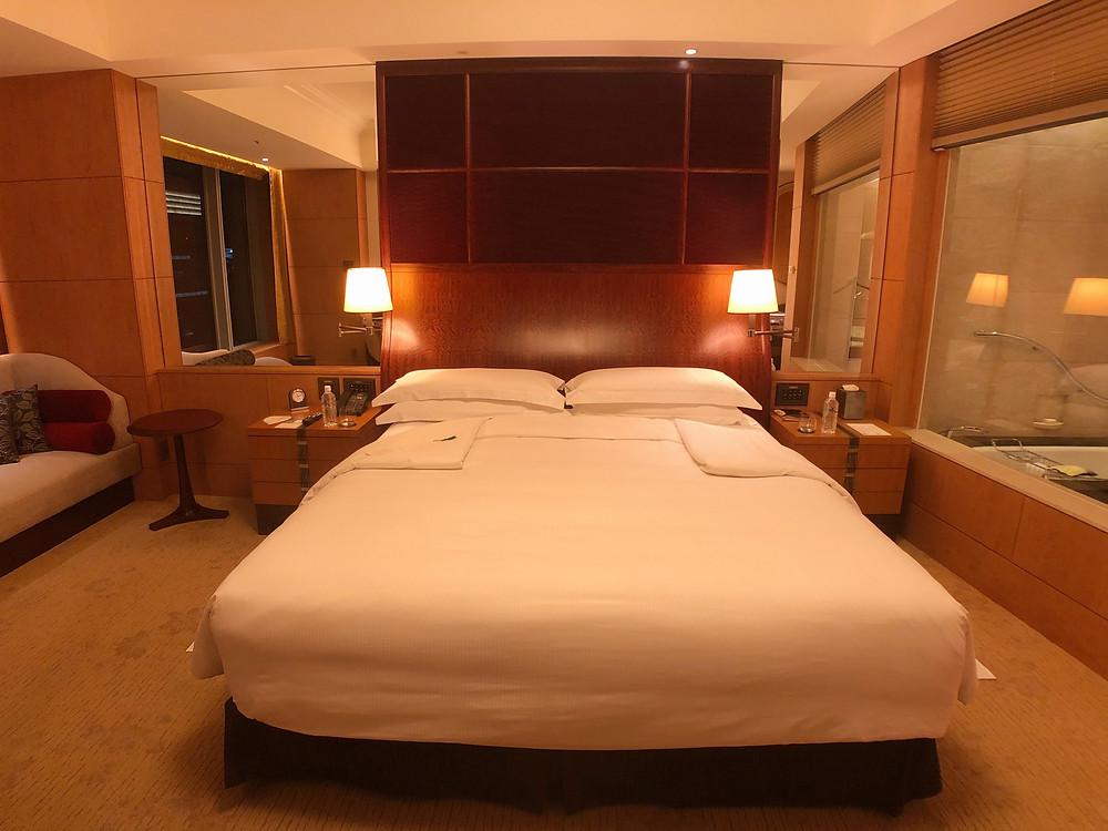 シャングリ・ラ ホテル東京のデラックスインペリアルガーデンビュールームのベッド