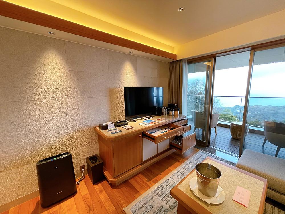 伊豆ホテルリゾート&スパの客室「デラックスツインB1」のリビングの様子