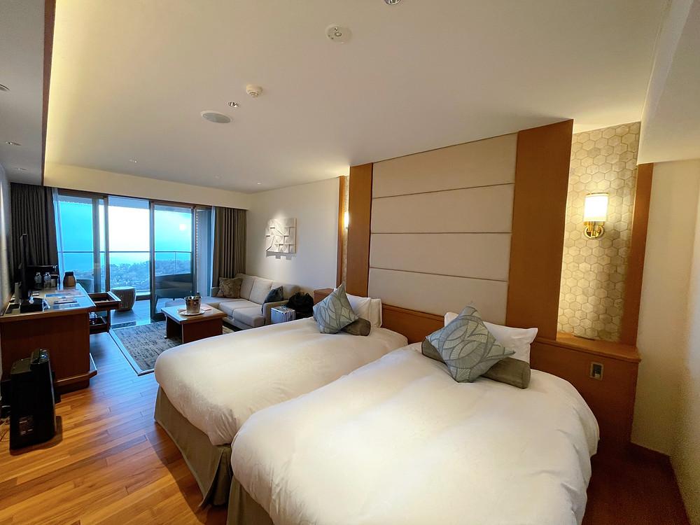伊豆ホテルリゾート&スパの客室「デラックスツインB1」の様子