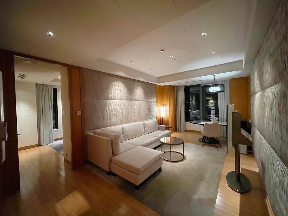 マンダリンオリエンタルホテル東京のマンダリンコーナースイートのリビングルーム