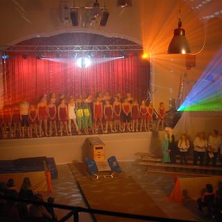 Stuhlreihen mit Blick auf die Bühne