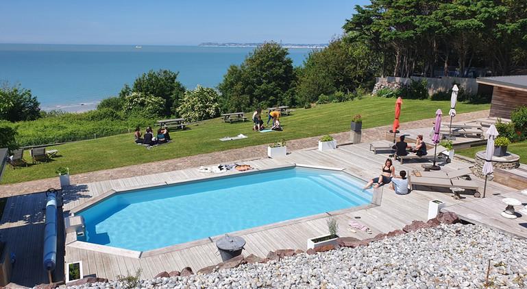 Instant détente au bord de la piscine avec vue sur la mer