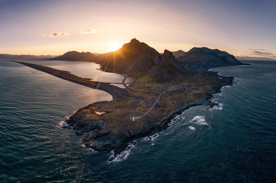 Der kleine Leuchtturm an der Küste von H
