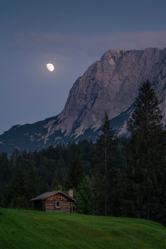 Mondaufgang an den Bergen