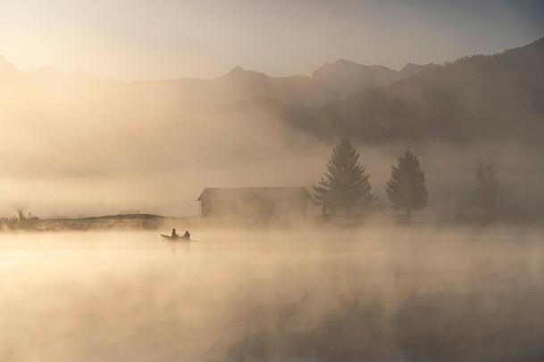 Zwei Fischer im Morgennebel