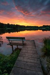 Sonnenaufgang an einem See in Bayern