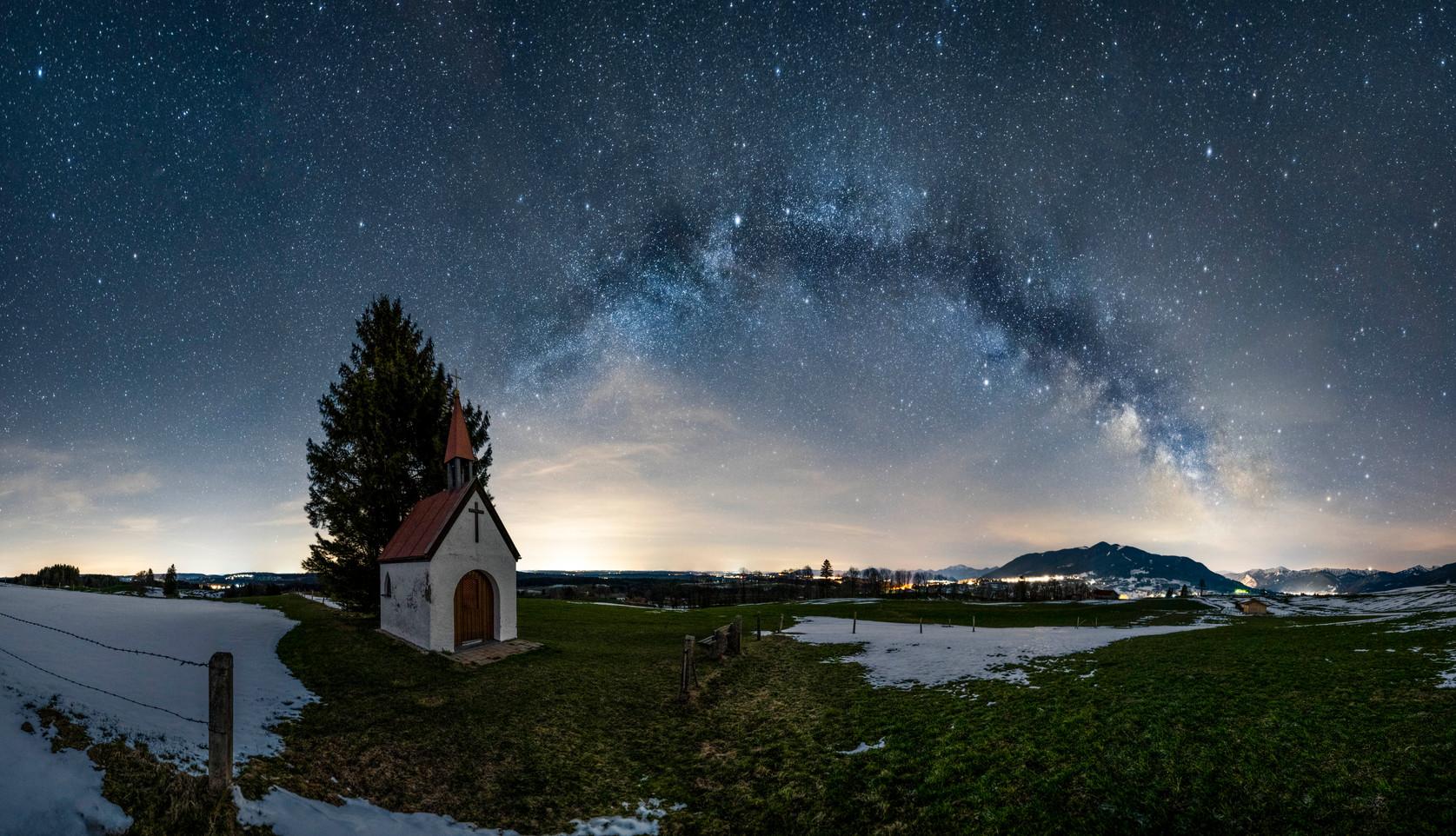 Eine kleine Kapelle und die Milchstraße