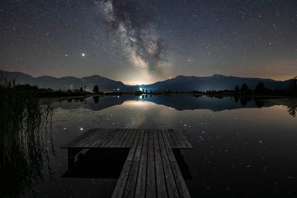 Die Milchstraße über einem kleinen bayerischen See
