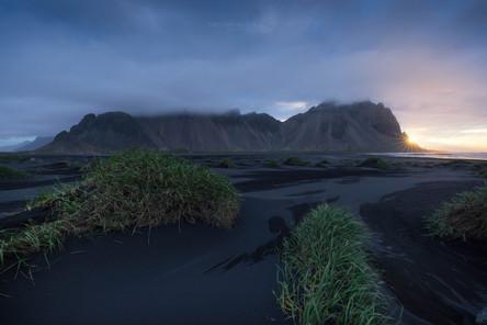 Der Strand von Stokksnes mit Blick auf d