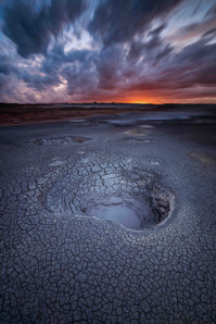 Ein versteckter Geysir bei Sonnenuntergang