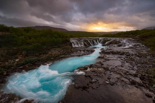 Der Bruarfoss Wasserfall im Abendlicht
