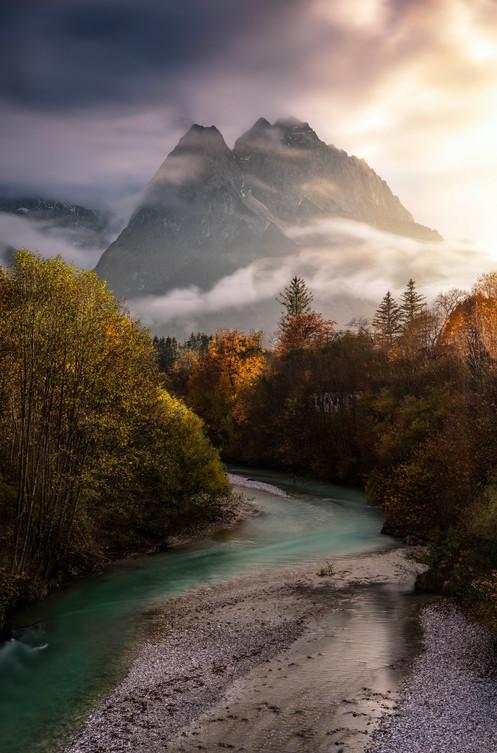 Mystische Stimmung im schönen Abendlicht an den Alpen