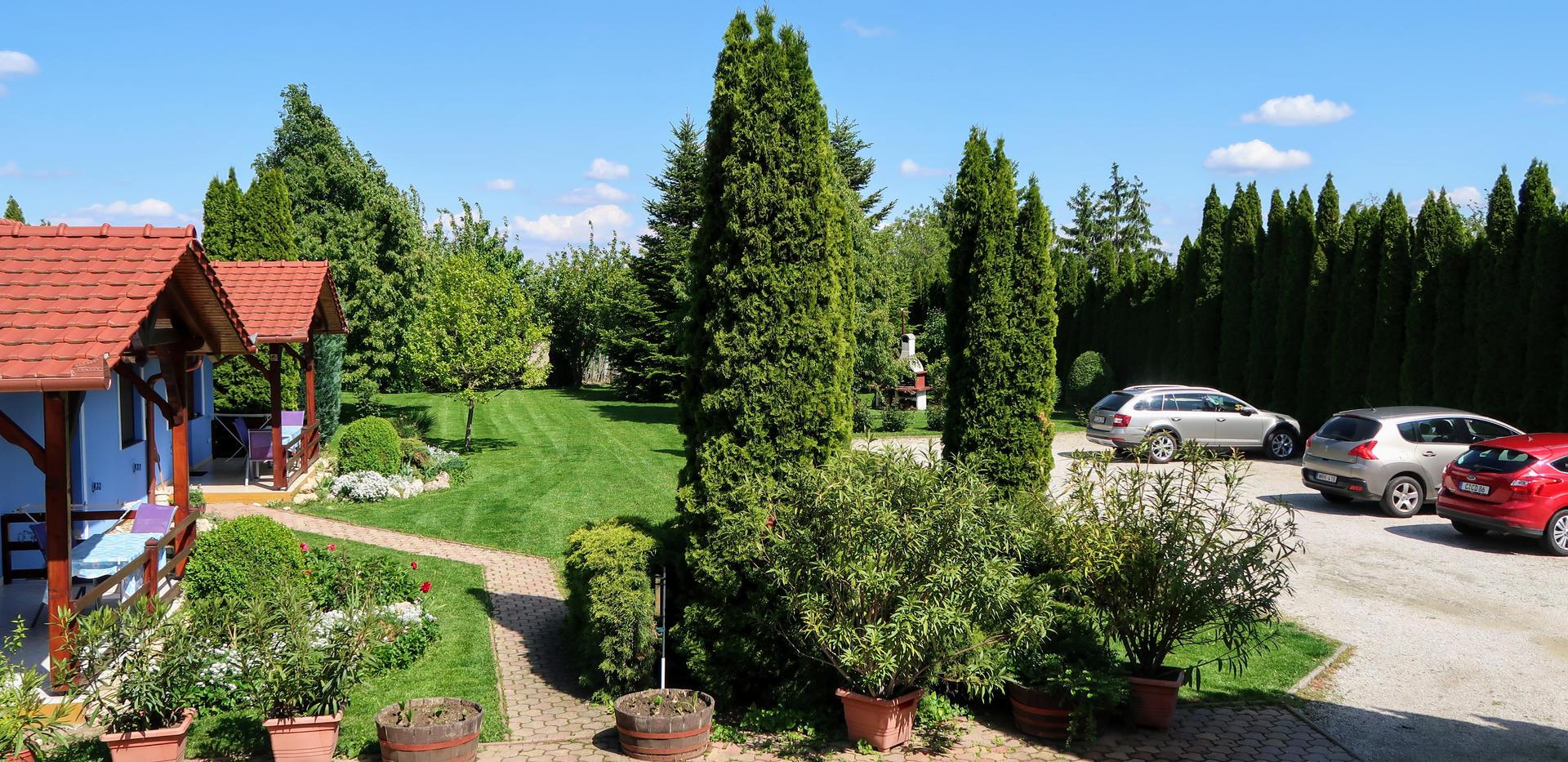 1-es, 2-es, 3-as házak kert