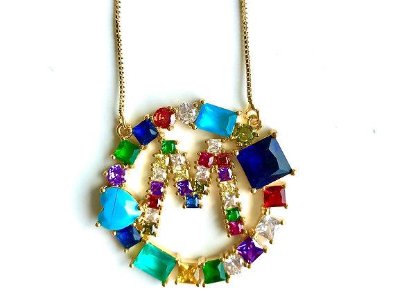 Inicial redonda de cristales de colores, letra M