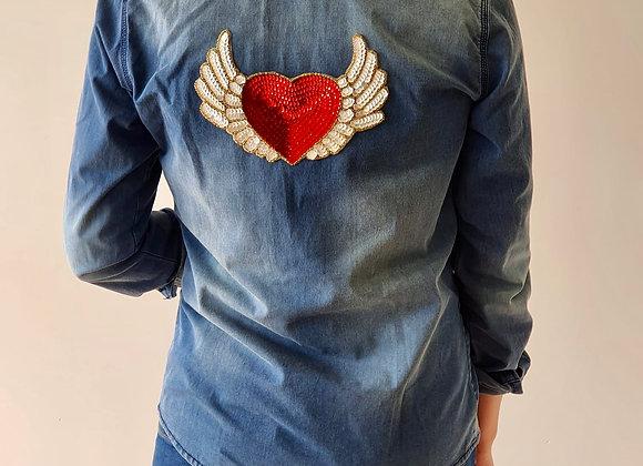 Camisa vaquera con corazón alado rojo