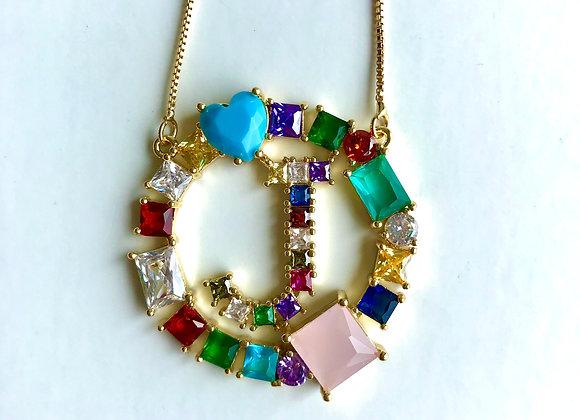 Inicial de cristales en colores, letra J
